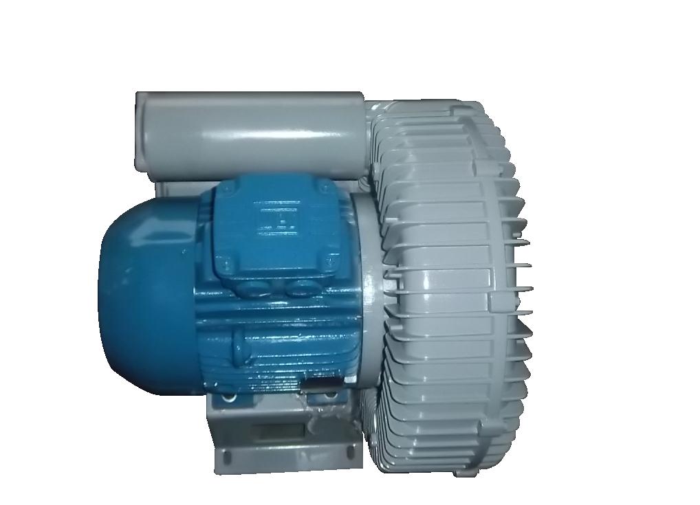 工作原理及特点 旋涡气泵的叶轮由数十片叶片组成,它类似庞大的气轮机的叶轮。叶轮叶片中的空气受到了离心力的作用向叶轮的边缘云运动,在那里空气进入泵体的环形空腔,然后又返回叶轮,重新从叶轮的起点以同样的方式再进行循环。叶轮旋转所产生循环气流,以级高的能量离开气泵以供使用。 旋涡气泵采用专用电机,结构紧凑、体积小、重量轻、噪音低。送出的气源无水无油。 用途及使用范围 XGB型旋涡气泵是一种吹气或吸气两用的通用气源。它主要用于:切纸机、燃烧降氧机、卷烟滤嘴成型机,电镀槽液搅拌、雾化干燥机、水处理爆气、养鱼增氧、